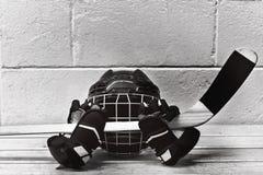 Photo noire et blanche des accessoires d'hockey : casque, bâton, gants Photographie stock