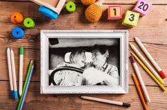 Photo noire et blanche des couples supérieurs dans une voiture dans la photo blanche Images stock