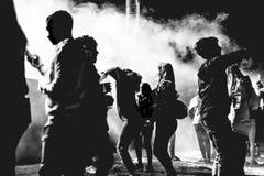 Photo noire et blanche des jeunes appréciant la bonne musique photos stock