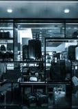 Photo noire et blanche des valises et des sacs dans une fenêtre de magasin, I Images libres de droits