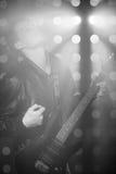 Photo noire et blanche du jeune musicien de roche jouant la guitare électrique et le chant Vedette du rock sur le fond des projec Image libre de droits