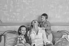 Photo noire et blanche, famille, heureuse, jour du ` s de mère, jour de famille, images stock