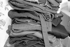Photo noire et blanche pliée de vêtements image stock