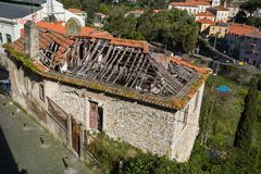 Photo old dilapidated building with a broken red ceramic roof requiring major repairs