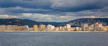 Photo panoramique d'un petit village de touristes en Espagne, Sant Images stock