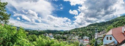 Photo panoramique de Banska Stiavnica avec le nouveau château et la vieille fonte Photos libres de droits