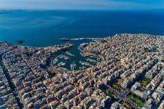 Photo panoramique de bourdon aérien de Le Pirée et de marina de pasalimani de Zea en journée photographie stock