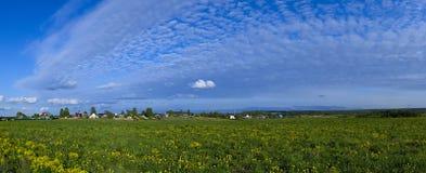 Photo panoramique de paysage rural de ressort Images stock