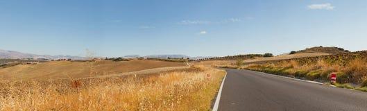 Photo panoramique de route par l'horizontal de montagne Photos stock