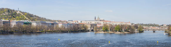 Photo panoramique : Rivière de Prague Vltava image libre de droits