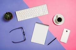 Photo plate de configuration d'un bureau créatif d'espace de travail de femme d'indépendant avec le fond de l'espace de copie Images stock