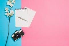 Photo plate de configuration d'un bureau créatif d'espace de travail de femme d'indépendant avec le fond de l'espace de copie Photo stock