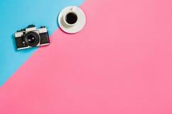 Photo plate de configuration d'un bureau créatif d'espace de travail de femme d'indépendant avec le fond de l'espace de copie Photographie stock libre de droits