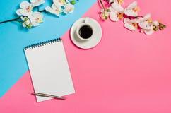 Photo plate de configuration d'un bureau créatif d'espace de travail de femme d'indépendant avec le fond de l'espace de copie Image stock