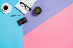 Photo plate de configuration d'un bureau créatif d'espace de travail de femme d'indépendant avec le fond de l'espace de copie Photos libres de droits