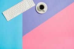 Photo plate de configuration d'un bureau d'espace de travail de femme d'indépendant d'affaires avec le fond de l'espace de copie Photo stock