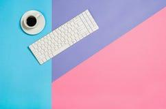 Photo plate de configuration d'un bureau d'espace de travail de femme d'indépendant d'affaires avec le fond de l'espace de copie Photographie stock