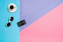 Photo plate de configuration d'un bureau d'espace de travail de femme d'indépendant d'affaires avec le fond de l'espace de copie Photographie stock libre de droits