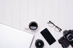 Photo plate de configuration de bureau d'espace de travail avec l'ordinateur portable, smartphone, café Photographie stock libre de droits