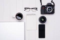 Photo plate de configuration de bureau d'espace de travail avec l'ordinateur portable, smartphone, café Images libres de droits