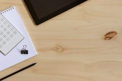 Photo plate de configuration de bureau en bois avec l'espace de copie Photographie stock