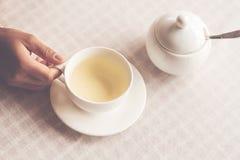 Photo plate de configuration de tasse de thé se tenant sur la table Image libre de droits