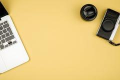 Photo plate de style de configuration d'espace de travail avec des fournitures de bureau Photos stock