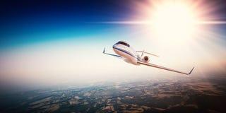 Photo réaliste du jet privé de conception générique blanche volant au-dessus des montagnes Ciel bleu vide avec le soleil au fond Image stock
