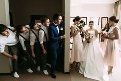 Photo ridicule des couples et de leurs amis fous Photographie stock libre de droits