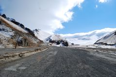 Photo road along the snowy mountain range in the early morning. royalty free stock photo