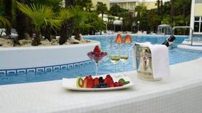 Photo romantique de champangne et fruits à l'arrière-plan de piscine Durée toujours 1 Photographie stock