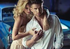 Photo romantique des jeunes couples affectueux Images stock