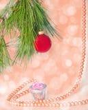 Photo rouge de nouvelle année de boule et de collier Image stock