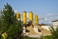 Photo rouillée tombée de concept d'industrie dans l'usine abandonnée de ciment avec des strucures grunges âgés de béton et en mét photo libre de droits