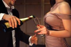 Photo sans visages de l'homme et de femme avec le champagne Photos libres de droits