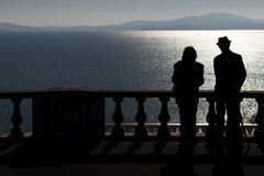 Photo of the sea with a silhouette of a old couple. royalty free stock photography