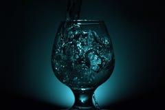 Photo simple de l'encore-vie d'alcool dans le verre à vin et le s lumineux photos stock
