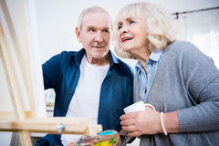 Photo supérieure de peinture de couples ensemble à la maison Image stock