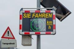 Photo symbolique de limitation de vitesse photographie stock