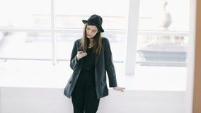 Photo tirant étroitement vers le haut de l'enregistrement vidéo Photographe élégante de jeune femme dans le chapeau contre-jour d banque de vidéos