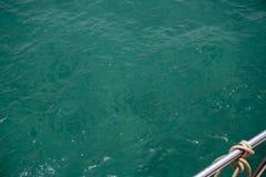 Photo vert-bleu de vue supérieure d'attirail de surface et de yacht d'eau de mer Surface toujours de mer avec des ondulations de  photos stock