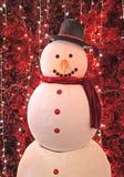 Photo verticale d'un grand bonhomme de neige devant les pins rouges artificiels de scintillement pour la décoration d'intérieur d photo stock