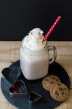 Photo verticale de chocolat chaud avec l'écrimage crème fouetté Photographie stock