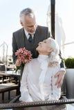 Photo verticale des couples heureux tout en regardant l'un l'autre Photographie stock