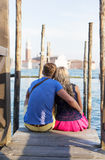 Photo verticale des couples se reposant sur le pilier à Venise Photo stock
