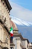 Photo verticale du bâtiment historique à Catane sicilien, Italie avec onduler le drapeau italien sur la façade Dans la coupole de photographie stock