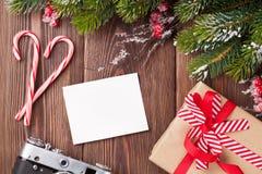 Photo vide avec le cadeau, le pin et l'appareil-photo de Noël Photos stock