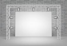 Photo vide se tenant avec le mur de briques, projecteurs Images libres de droits