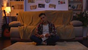 Photo violente et de lancement d'étudiant masculin adolescent d'ex-amie, relations cassées banque de vidéos