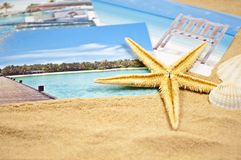 Photoalbum med souvenir och skal med sand fotografering för bildbyråer
